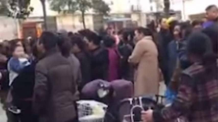 La folla assiste all'intervento della polizia cinese