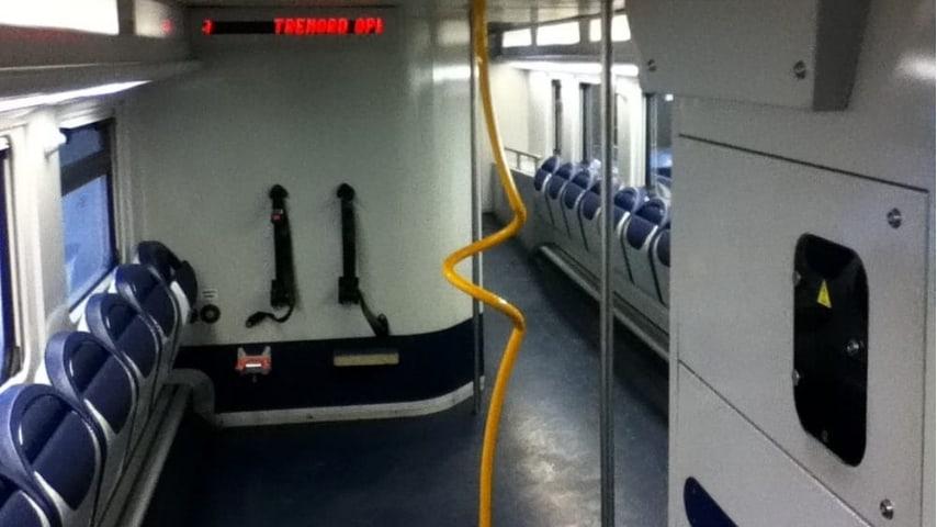 Un controllore Trenord ha costretto un disabile a scendere dal treno