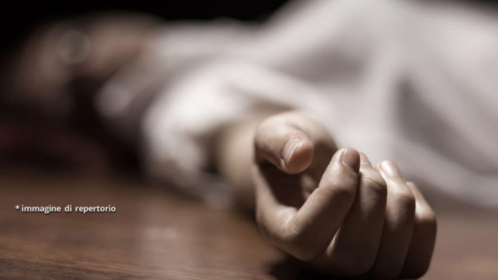 donna si uccide davanti alla tomba dei genitori