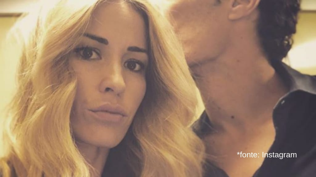 primo piano di elena santarelli mentre il marito corradi la bacia sulla fronte