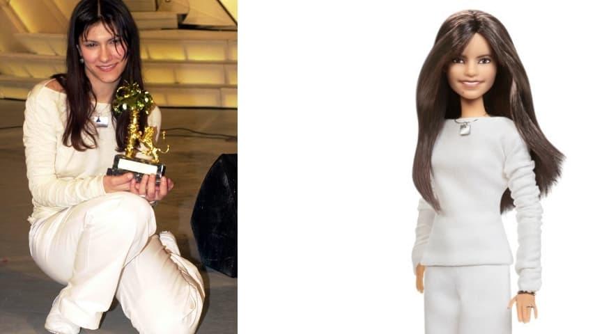 Elisa vestita di bianco nella vittoria a Sanremo e accanto la barbie dedicata a lei con quello stesso look
