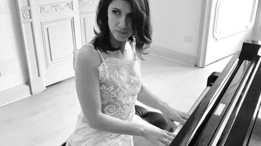 La cantante Elisa mentre suona il pianoforte