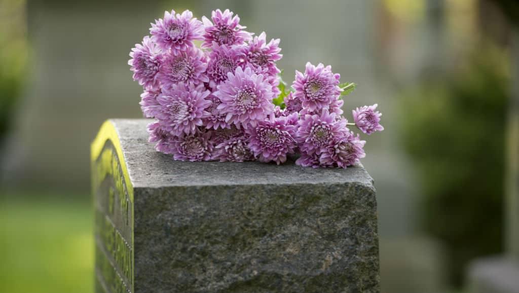 Dei fiori su una tomba