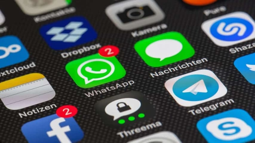 icone di whatsapp e facebook su un cellulare
