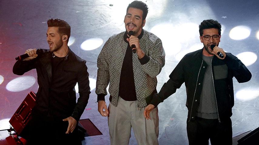 I tre cantanti durante l'esibizione sul palco dell'Ariston.