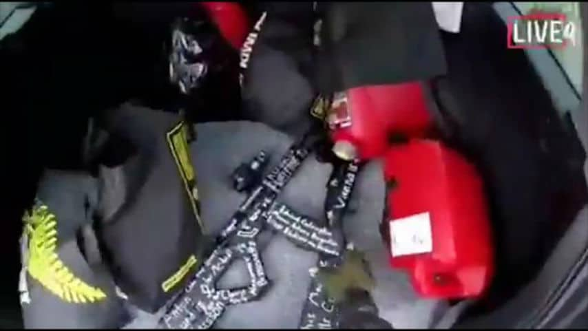 Un frame del video postato online mostra le armi nel bagagliaio