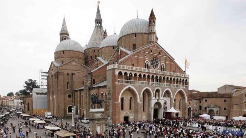 Falso invalido truffa i turisti davanti la Basilica del Santo