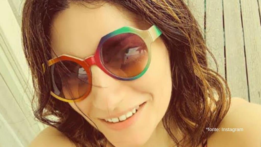 primo piano di laura pausini con gli occhiali da sole