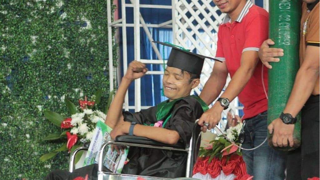 Joemar: 25enne malato, si laurea in sedia a rotelle e con la bombola di ossigeno, dopo 5 giorni, muore