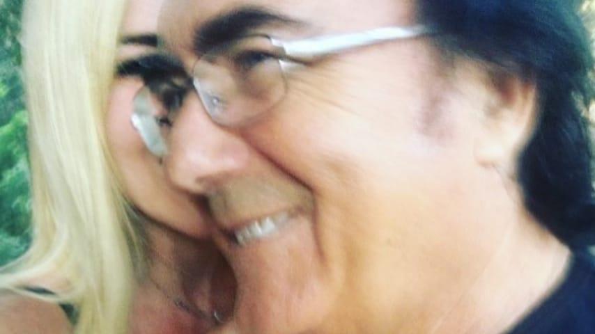 loredana lecciso sorride vicino ad albano carrisi