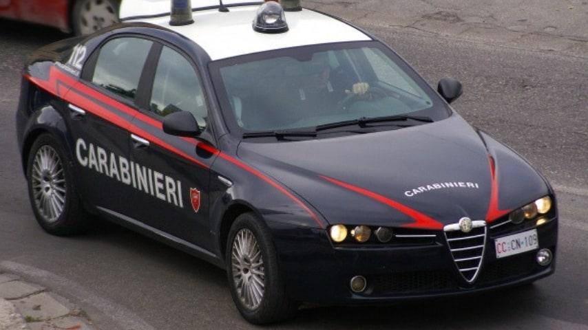 volante dei carabinieri su strada