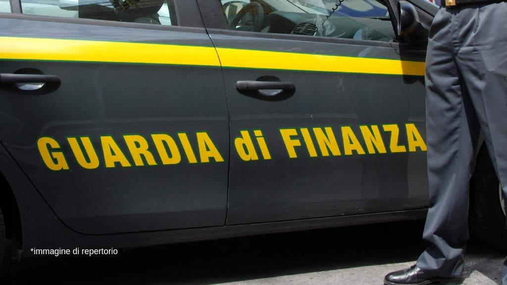 scritta guardia di finanza su una macchina degli agenti