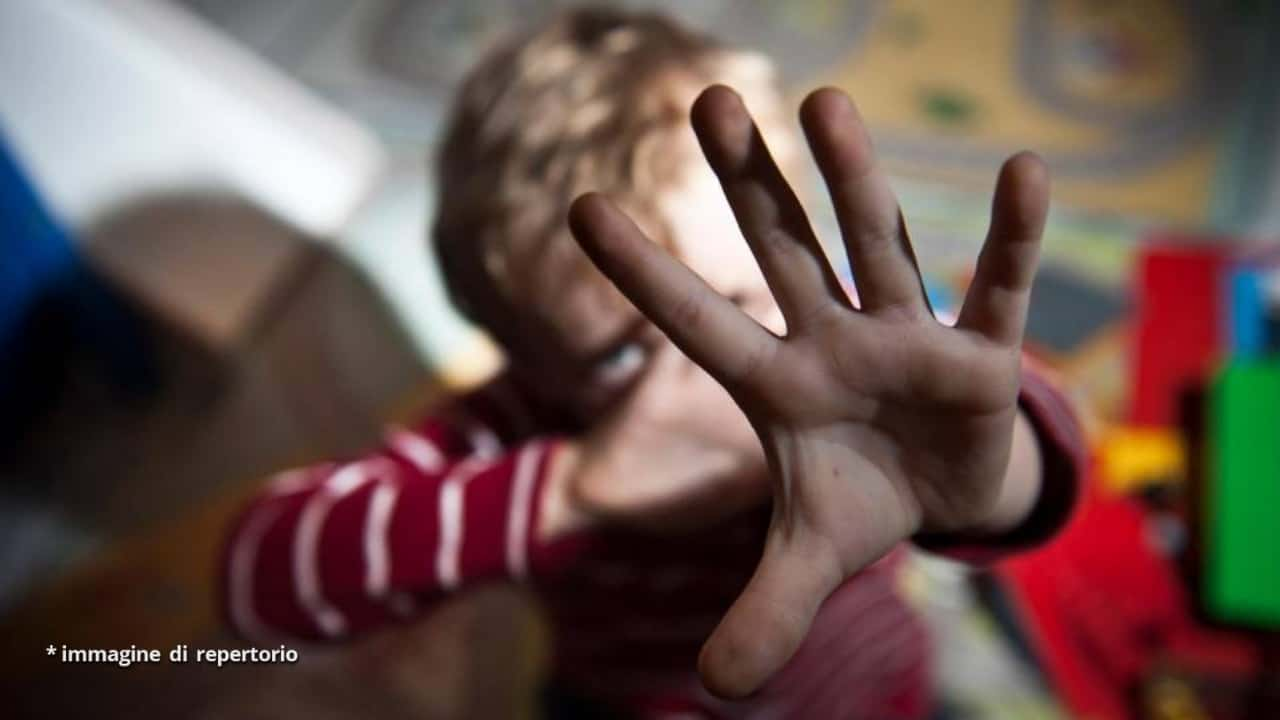Chieti, mamma imbottiva di farmaci il figlio e lo picchiava: condannata