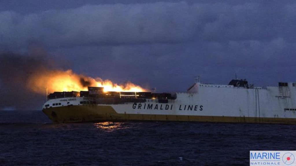 Le fiamme sul mercantile Grande America