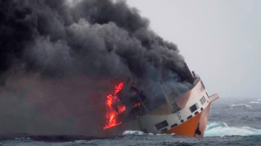 """La nave """"Grande America"""" che brucia"""