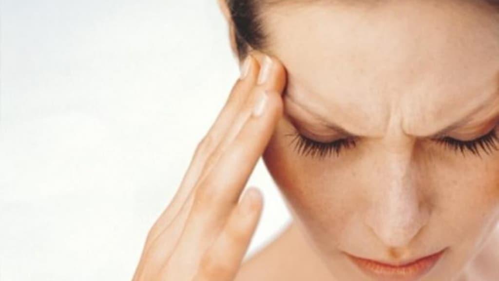 donna che soffre di nevralgia del trigemino