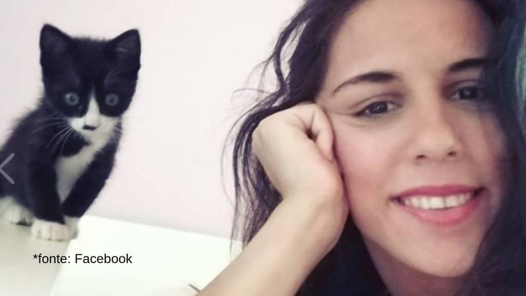 primo piano di nicoletta indelicato sorridente vicino ad un gattino