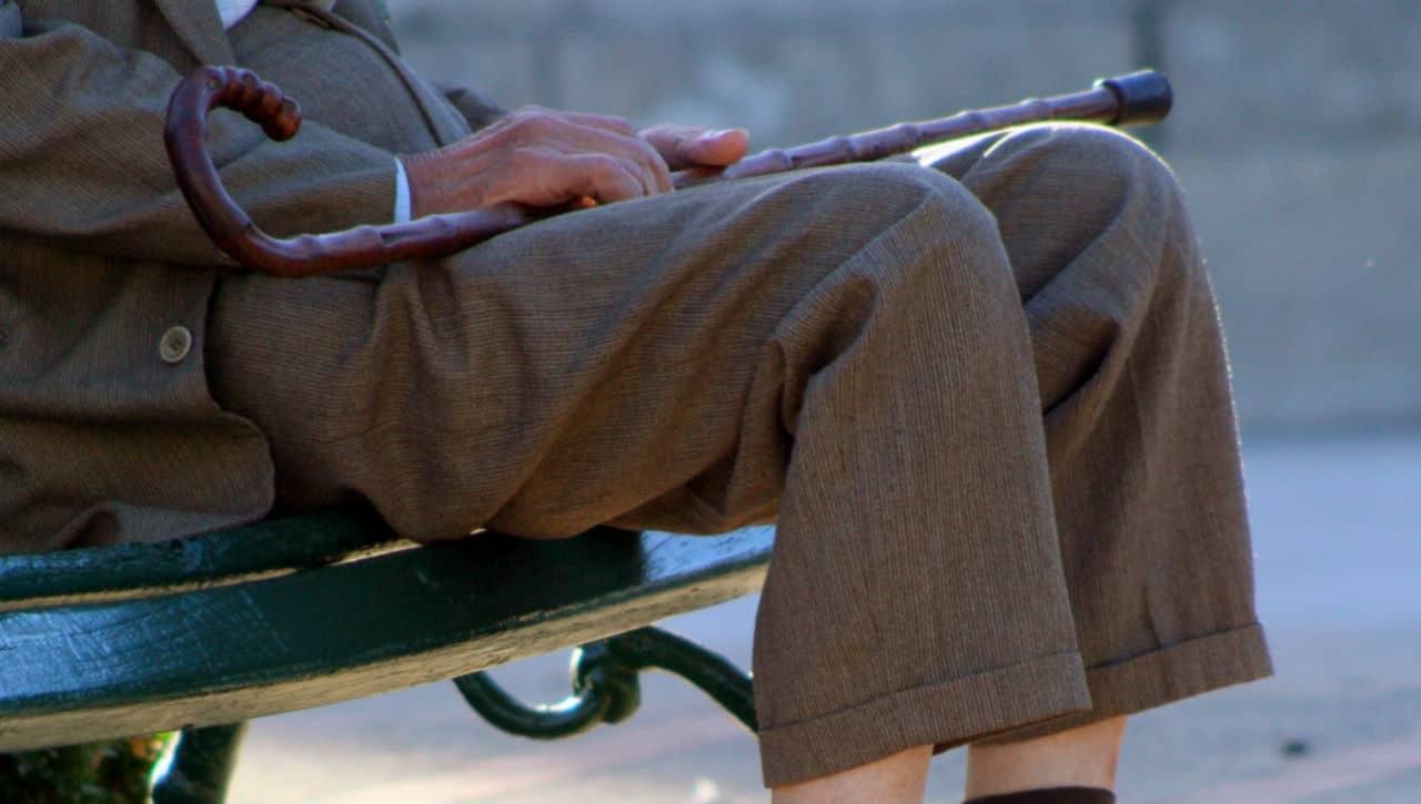 Anziani sabotati: sono troppo rumorosi e gli tolgono le panchine