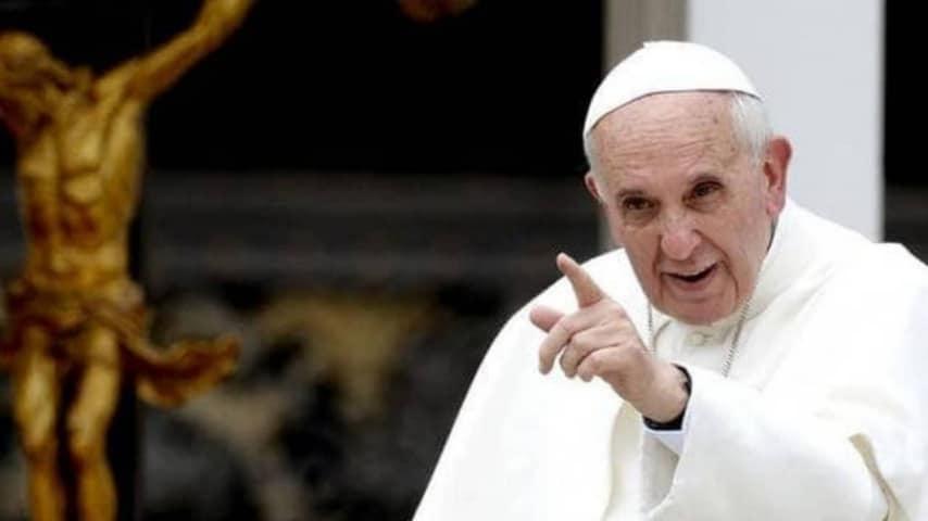 Papa Francesco si sottrae al baciamano: svelata la ragione