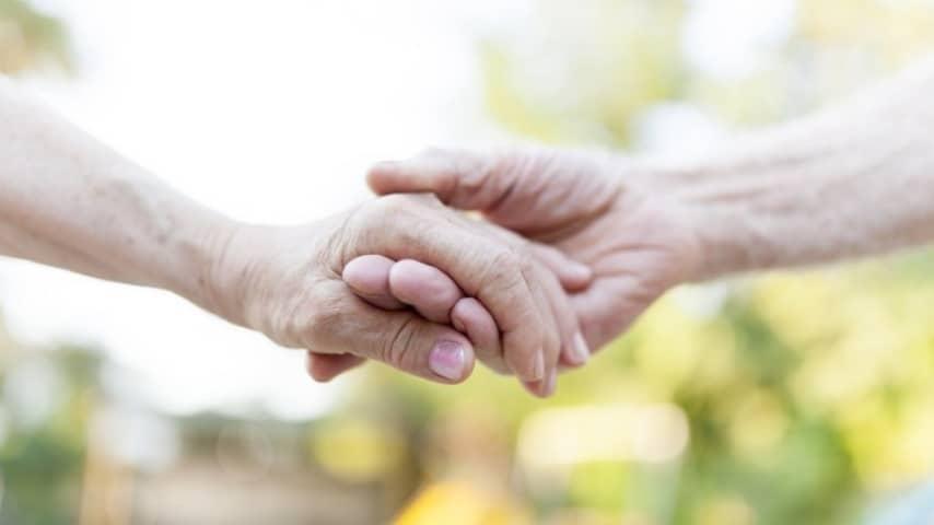 71 anni di matrimonio, lui muore e lei lo segue il giorno dopo: la storia d'amore di Pietro e Maria