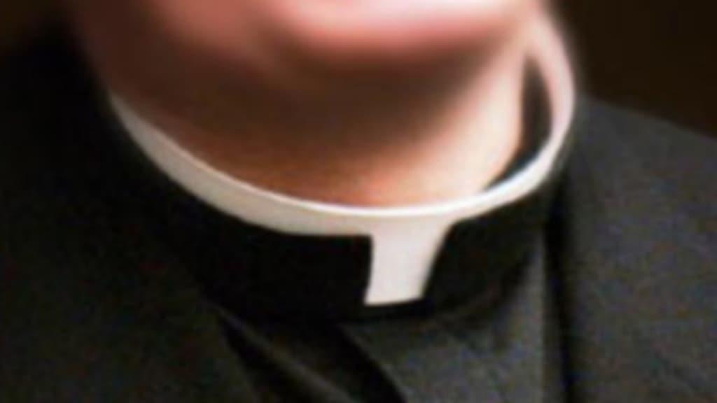 colletto bianco di un prete