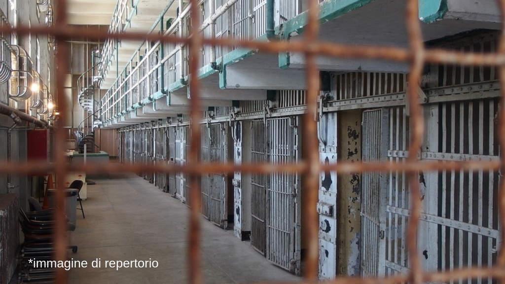 sbarre oltre le quali si notano le celle di un carcere