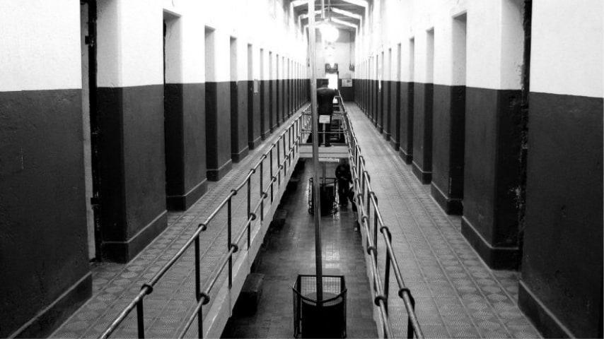 scatto in bianco e nero del corridoio di una prigione