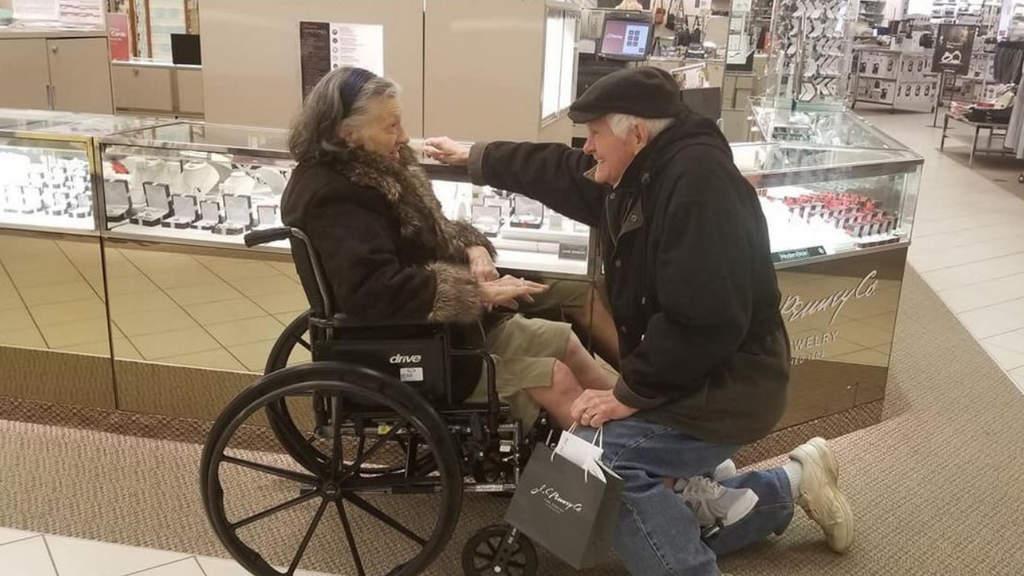 Lei è malata e ha 81 anni: lui si inginocchia e le rifà la proposta di matrimonio