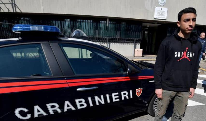 rami shehata posa vicino alla macchina dei carabinieri