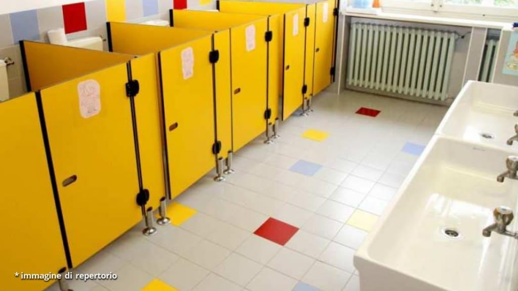 Milano, dirigente impone un registro per i bimbi che vanno in bagno: è polemica