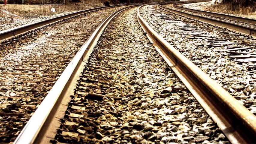 primo piano sulle rotaie di un treno