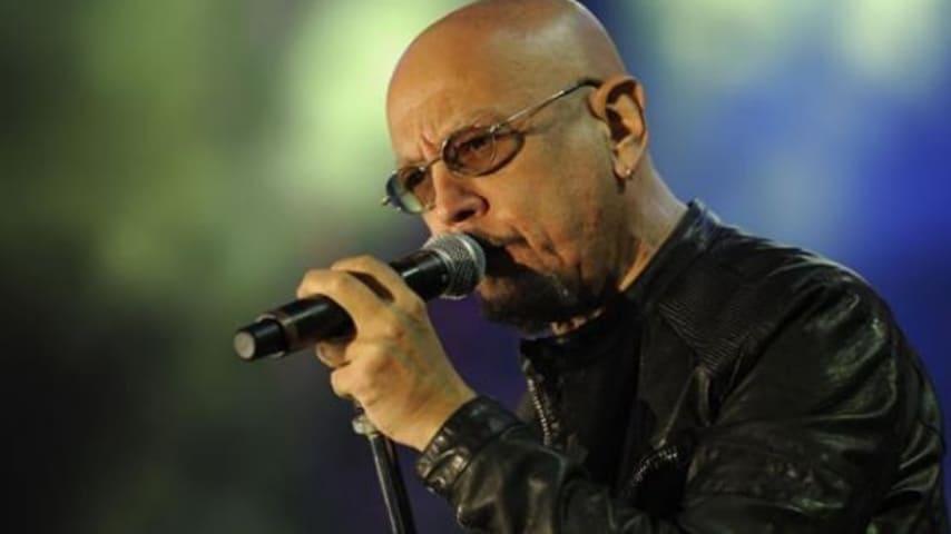 Enrico Ruggeri mentre canta