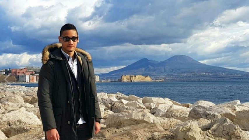 il giovane salvatore cipolletti a mezzo busto in riva al mare