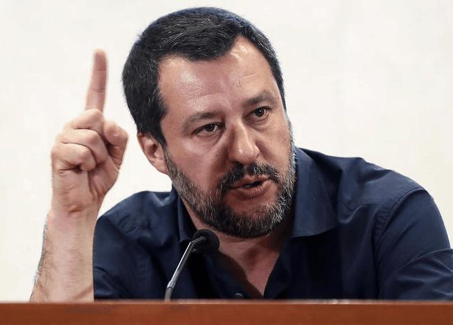 Matteo Salvini con un dito puntato verso l'alto