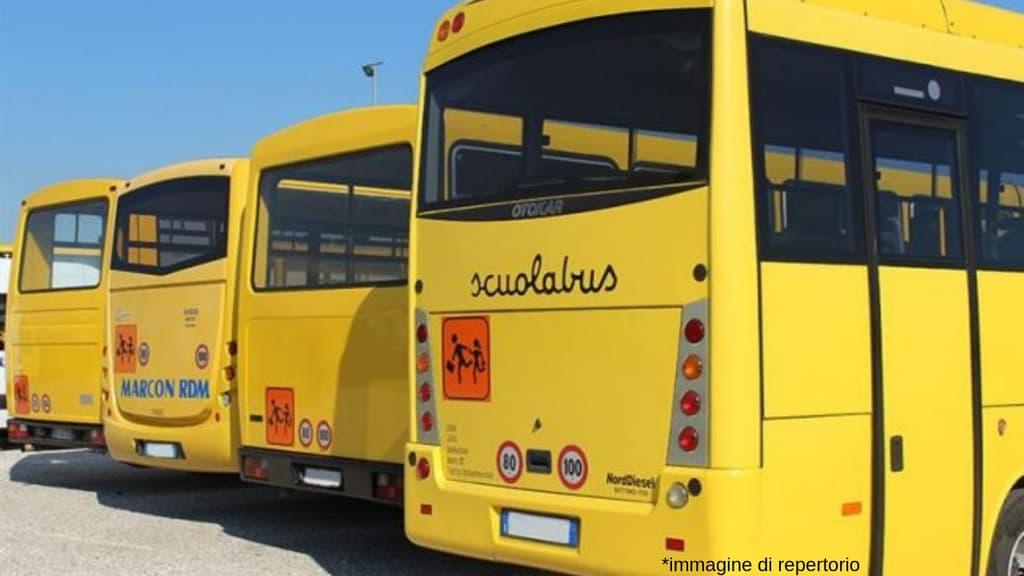 4 scuolabus gialli parcheggiati l'uno vicino all'altro