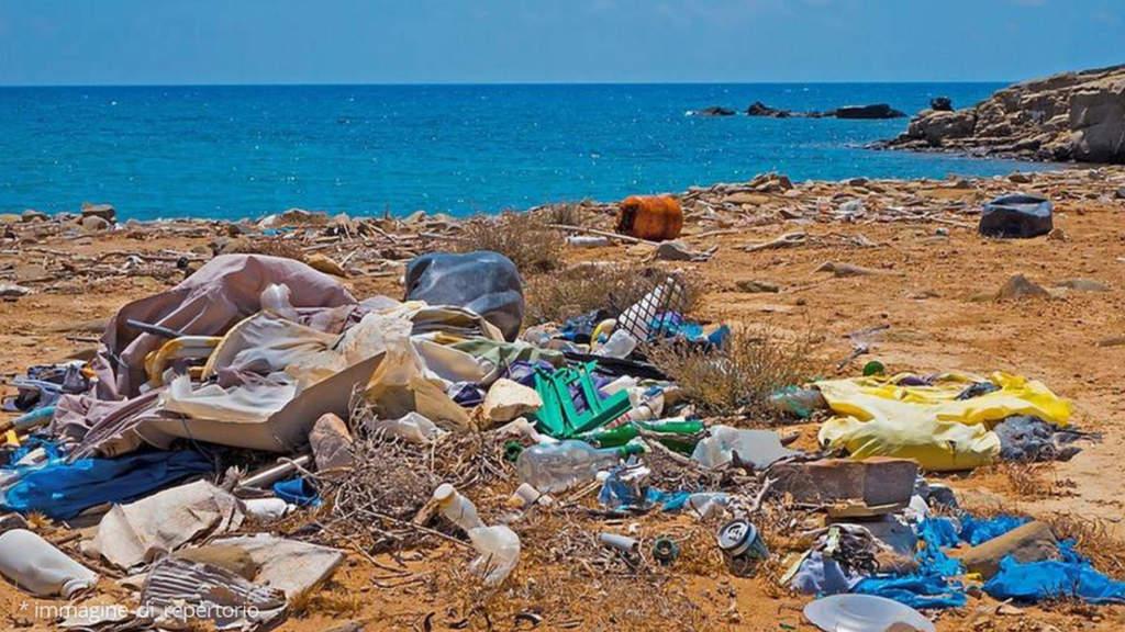 spiaggia rifiuti immagine di repertorio