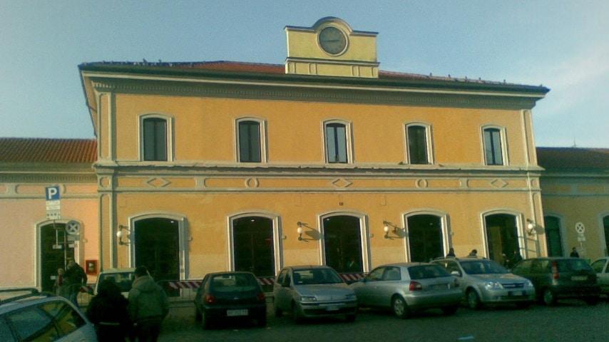 Il treno bloccato dai terrapiattisti si è fermato nei pressi della stazione di Pavia