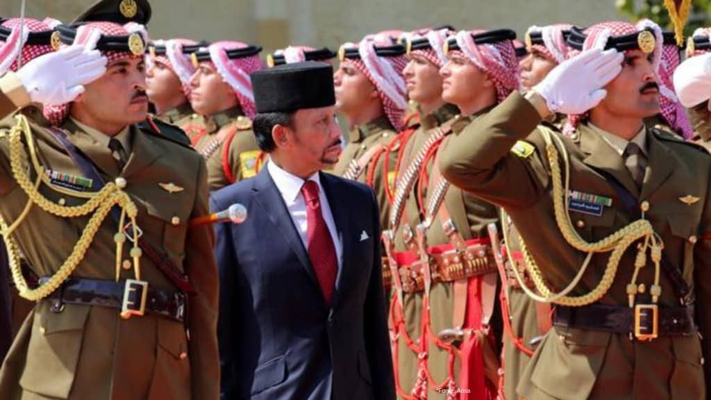 il sultano dei brunei tra i militari dell'esercito