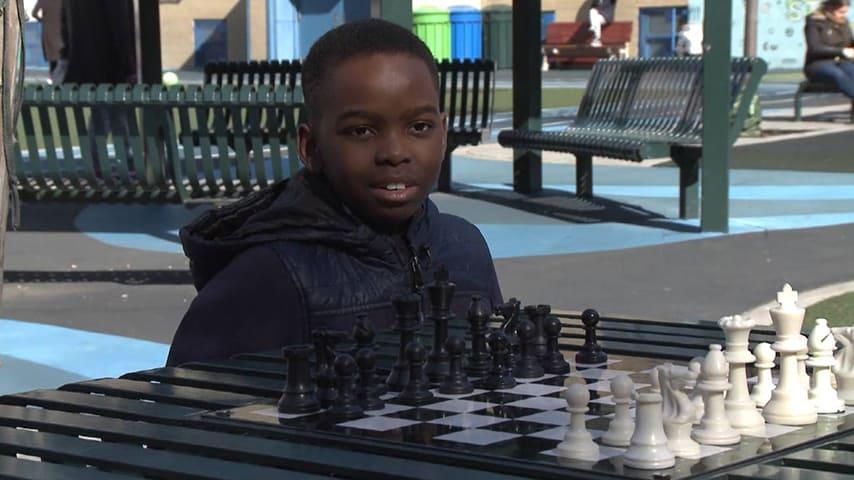 Il bambino gioca solo da un anno ed è già diventato un campione.