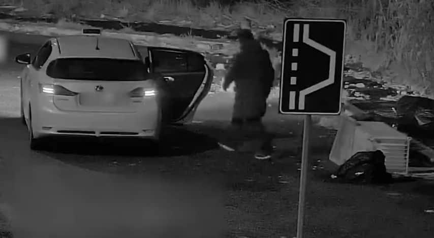 Un frame del video diffuso da Virginia Raggi dove un tassista abbandona rifiuti in strada a Roma