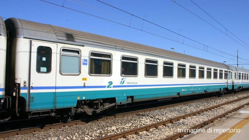 Pavia, senza biglietto bloccano Intercity per 40 minuti: