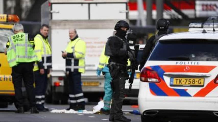 la polizia sul luogo della sparatoria avvenuta a bordo di un tram ad utrecht in olanda