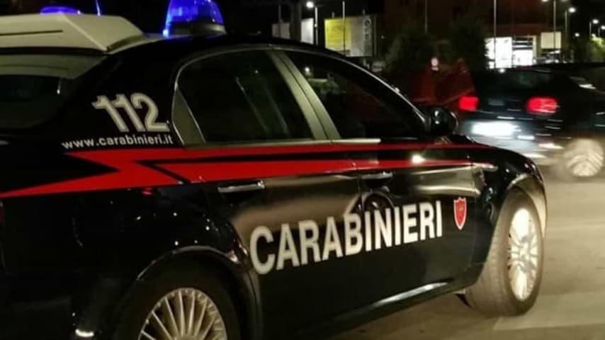 volante dei carabinieri in strada con le sirene accese