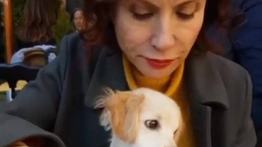 Alda D'Eusanio divide il pranzo con il cane