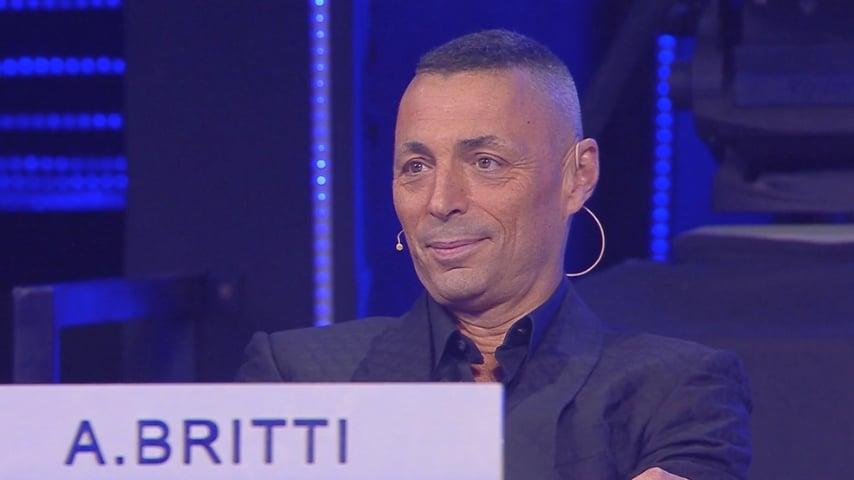 Alex Britti durante la puntata del 30 marzo. Fonte: Amici18 Mediaset Play