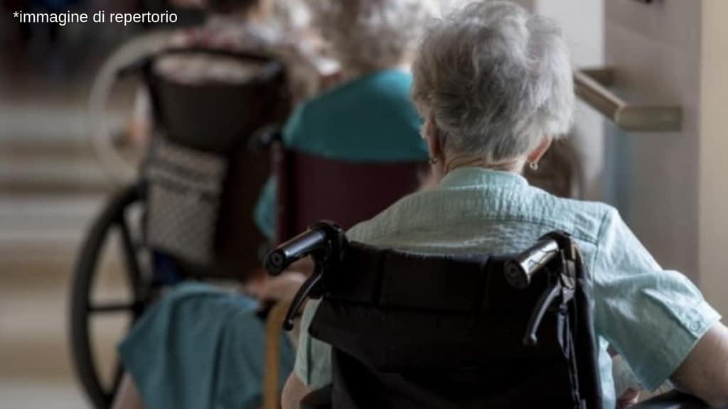 Anziani maltrattati in casa di riposo a Catanzaro, 2 dipendenti arrestati