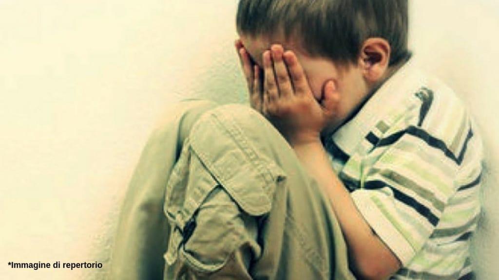 Bambino di 7 anni preso a botte dal compagno della madre a Sondrio, che tenta anche di depistare le indagini: arrestato. All'inizio aveva detto che l'avevano picchiato a scuola (Immagine di repertorio)