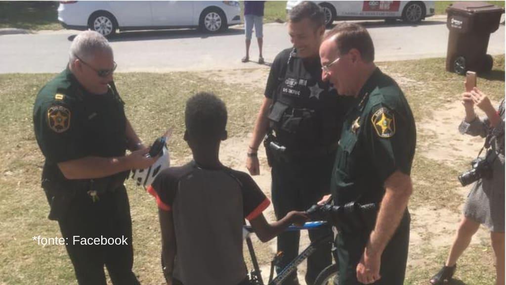 il ragazzo riceve il dono degli agenti di polizia