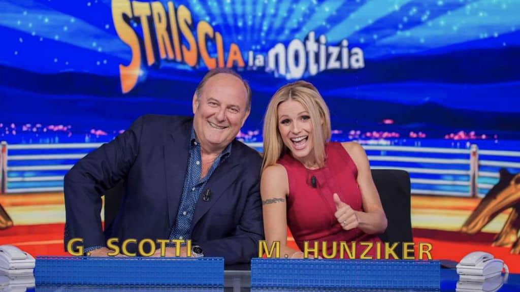 Gerry Scotti e Michelle Hunziker dietro al bancone di Striscia la Notizia