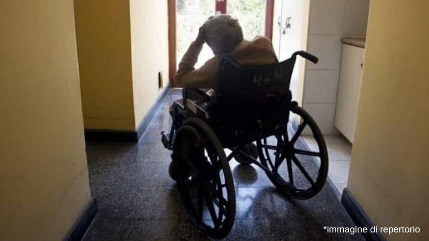 Gli anziani erano costretti a stare in un corridoio nel seminterrato della struttura. Immagine di repertorio